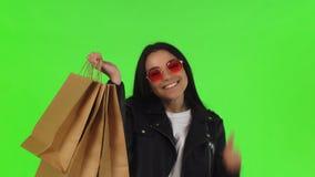Gelukkige vrouw die duimen na het winkelen tonen stock video