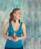 Gelukkige vrouw die een cocktail houden Royalty-vrije Stock Afbeeldingen