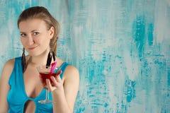 Gelukkige vrouw die een cocktail houden Royalty-vrije Stock Foto's