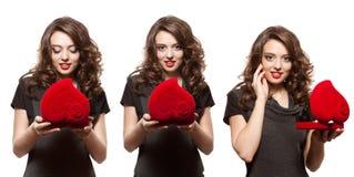 Gelukkige vrouw die een gift op de Dag van Valentine openen stock afbeeldingen