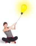 Gelukkige vrouw die een gloeilampenballon houden Royalty-vrije Stock Fotografie