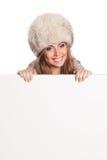 Gelukkige vrouw die een witte banner houden Royalty-vrije Stock Foto