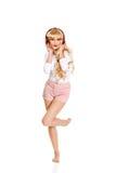 Gelukkige vrouw die en aan de muziek dansen luisteren Royalty-vrije Stock Foto's