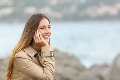 Gelukkige vrouw die en weg op het overzees denken kijken Royalty-vrije Stock Foto