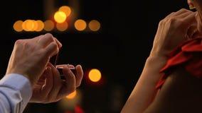 Gelukkige vrouw die excitedly op vriend letten doend voorstel aan haar, voorstellend ring stock videobeelden