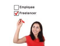 Gelukkige vrouw die freelancer aan werknemer bij formule tikkende doos kiezen met rode teller Royalty-vrije Stock Fotografie
