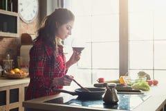 Gelukkige vrouw die gezond voedsel in keuken voorbereiden royalty-vrije stock afbeelding