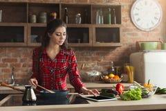 Gelukkige vrouw die gezond voedsel in keuken voorbereiden stock fotografie