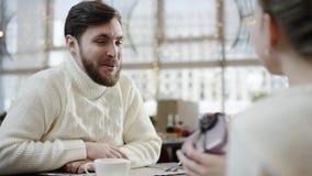 Gelukkige vrouw die haar houdende van echtgenoot danken voor een heden gaf hij haar in een koffie stock footage