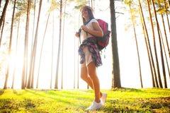 Gelukkige vrouw die in het hout wandelen - avontuur, reis, toerisme, stijging en mensenconcept stock afbeeldingen