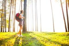 Gelukkige vrouw die in het hout wandelen - avontuur, reis, toerisme, stijging en mensenconcept stock afbeelding