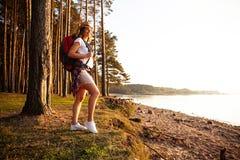Gelukkige vrouw die in het hout wandelen - avontuur, reis, toerisme, stijging en mensenconcept royalty-vrije stock afbeelding
