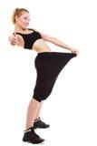 Gelukkige vrouw die hoeveel gewicht toont zij, grote broek verloor Stock Fotografie