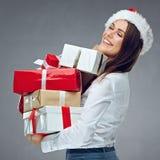 Gelukkige vrouw die met gesloten ogen stapel van Kerstmisgiften houden Stock Afbeeldingen