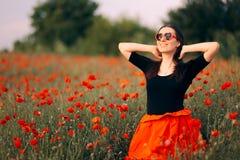 Gelukkige Vrouw die met Hart Gevormde Zonnebril van Aard genieten stock fotografie
