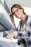Gelukkige vrouw die met omslagen camera bekijken stock fotografie