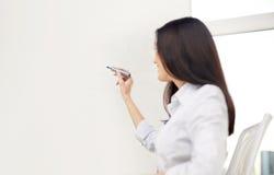 Gelukkige vrouw die met teller op whiteboard schrijven royalty-vrije stock afbeeldingen