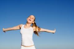 Gelukkige vrouw die met vreugde glimlacht Royalty-vrije Stock Afbeelding