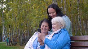 Gelukkige vrouw die mobiele telefoon en cheerfully op het landschap van het de herfstpark kijken lachen stock videobeelden