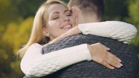 Gelukkige vrouw die mooie oorringen draagt die de mens, juwelen omhelzen huidig van de mens stock videobeelden