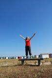 Gelukkige vrouw die omhoog aan de hemel kijkt Royalty-vrije Stock Foto
