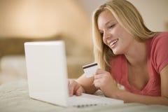 Gelukkige vrouw die online winkelt Stock Afbeeldingen