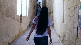 Gelukkige vrouw die op de straat lopen stock footage