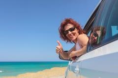 Gelukkige vrouw die op een auto reizen royalty-vrije stock foto