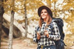 Gelukkige Vrouw die op Forest Views kijken stock foto