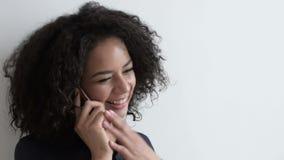 Gelukkige Vrouw die op Mobiel spreekt stock videobeelden