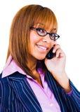 Gelukkige vrouw die op mobiele telefoon spreekt Stock Foto