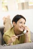 Gelukkige vrouw die op telefoon spreekt Royalty-vrije Stock Afbeelding