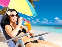 Gelukkige vrouw die op vakantie bij strand genieten van Stock Afbeelding