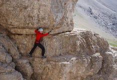 Gelukkige vrouw die op a via ferratasleep beklimmen royalty-vrije stock fotografie