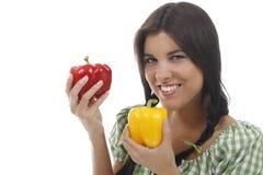 Gelukkige vrouw die paprika twee houden Stock Foto's