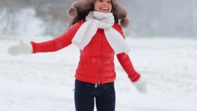 Gelukkige vrouw die pret in openlucht in de winter hebben stock video