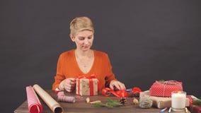 Gelukkige vrouw die rode huidige doos, klaar voor Kerstmisgroeten houden stock videobeelden