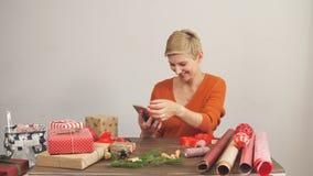 Gelukkige vrouw die rode huidige doos, klaar voor Kerstmisgroeten houden stock footage