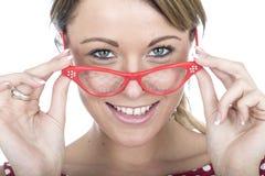 Gelukkige Vrouw die Rode Ontworpen Glazen dragen Stock Foto's