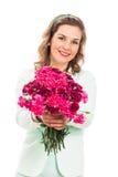 Gelukkige vrouw die roze bloem geeft Royalty-vrije Stock Afbeeldingen