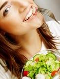 Gelukkige vrouw die salade eet royalty-vrije stock foto's