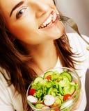 Gelukkige vrouw die salade eten stock fotografie