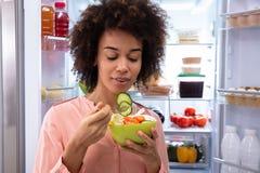 Gelukkige Vrouw die Salade in Kom eten royalty-vrije stock foto's
