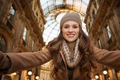 Gelukkige vrouw die selfie in Galleria Vittorio Emanuele II nemen Royalty-vrije Stock Afbeeldingen
