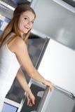 Gelukkige vrouw die smth in de koelkast zoekt royalty-vrije stock afbeeldingen