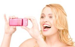 Gelukkige vrouw die telefooncamera met behulp van Royalty-vrije Stock Foto