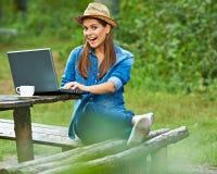 Gelukkige vrouw die in tuin werkt Royalty-vrije Stock Foto
