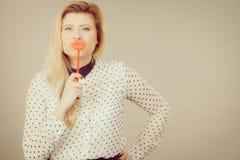 Gelukkige vrouw die valse lippen op stok houden Stock Afbeeldingen