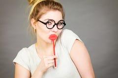 Gelukkige vrouw die valse lippen op stok houden Royalty-vrije Stock Afbeeldingen
