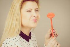 Gelukkige vrouw die valse lippen op stok houden royalty-vrije stock fotografie